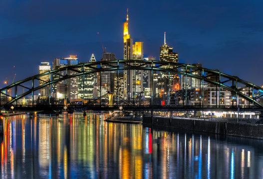 Blick auf die Skyline von Frankfurt am Main bei Nacht