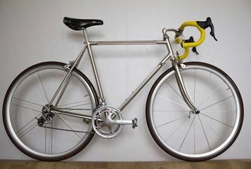 Foto op Plexiglas Fiets old bicycle on white background