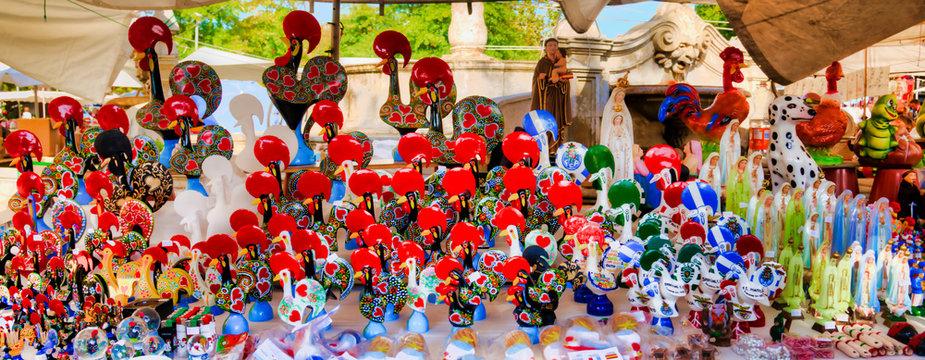 Bibelots en tout genre au marché hebdomadaire de Barcelos, Portugal
