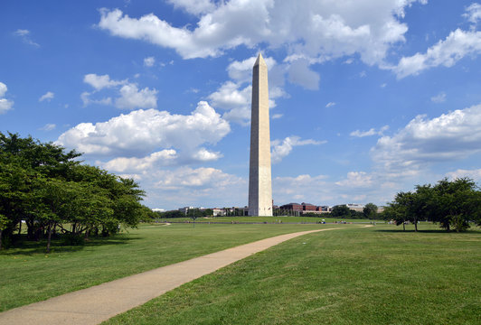 Washington Monument with green field, Washington DC, USA