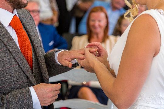 Remise des alliances de mariage