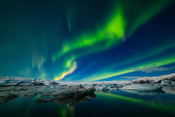 Tuinposter Noorderlicht Aurora Borealis over a glacier lagoon in Iceland