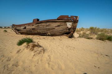 Foto auf Acrylglas Schiffbruch Rusty ship wreck in the deserted Aral Sea near Muynak en Uzbekistan