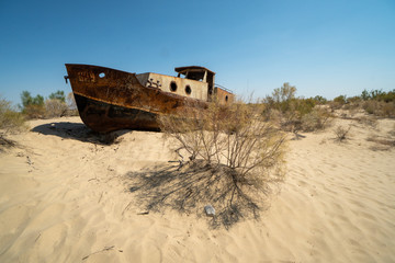 Photo sur Plexiglas Naufrage Rusty ship wreck in the deserted Aral Sea near Muynak en Uzbekistan