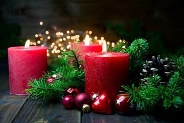Dritter Advent - Brennende rote Advent Kerzen - Weihnachten Dekoration