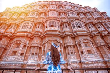 Young Woman at Hawa Mahal, Jaipur,Rajasthan, India Fototapete