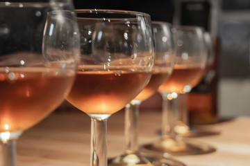 Rangée de verres de vin rosé différents vins tels que vin d'orange vin de vanille et vin de cacao