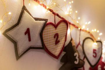 Mit Lichterkette geschmückter Adventskalender als Dekoration und Brauch in der Weihnachtszeit