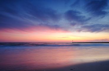 Wybrzeże Morza Bałtyckiego,kolorowy wschód słońca w letni dzień.