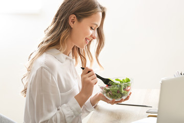 Foto op Plexiglas Kruidenierswinkel Woman eating healthy vegetable salad in office