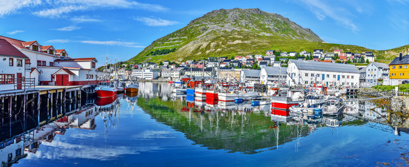 Foto op Plexiglas Noord Europa Panoramic view of Honningsvag town from the port in Mageroya island. Nordkapp Municipality in Finnmark county.