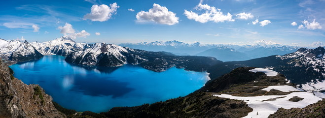 Panoramic view of mountains and turquoise coloured lake in Garibaldi provincial park, BC, Canada. snow mountains and blue sky. Fotomurales
