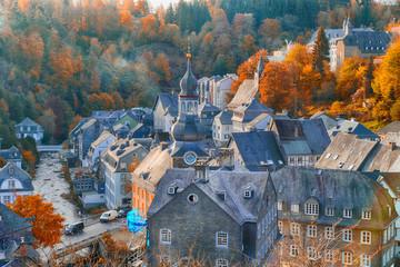 Blick auf Monschau in der Eifel an einem Herbstmorgen