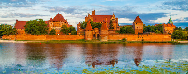 Foto auf Gartenposter Blau Jeans Panoramic view of Teutonic Castle in Malbork, Poland