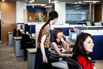 女性社員達の会議風景