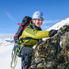 junge Frau klettert im winterlichen Hochgebirge