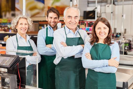 Gruppe Verkäufer mit Marktleiter und Azubi