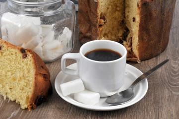 Tasse de café avec du panettone