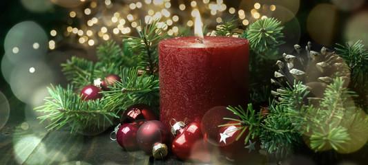Erster Advent - Brennende rote Adventskerze - Weihnachten Hintergrund Banner
