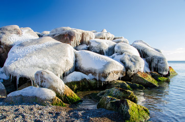Keuken foto achterwand Schilderkunstige Inspiratie ice covered boulders on shoreline of lake
