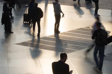 Streetlife: hektische Menschen im Bahnhof