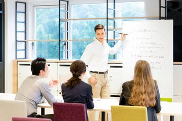 教室で英語を教える男性(日本語・英語)