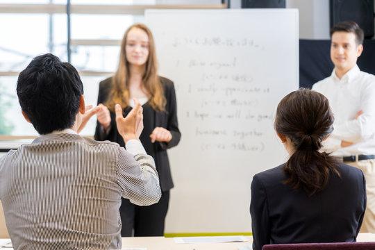 英会話教室で先生に質問する生徒