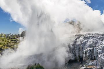 Pohutu Geysir im Te-Puia-Thermalpark im Whakarewarewa Valley auf der Nordinsel von Neuseeland
