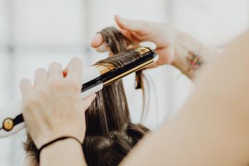Foto auf Gartenposter Friseur Lisser ses cheveux