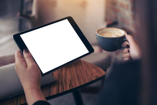 コーヒーを飲みながらノマドワーカーとタブレットPC
