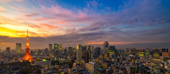 Photo sur Aluminium Tokyo Panorama of Tokyo city skyline view and Tokyo Tower building at Japan with sunset and colorful sky. Beautiful of cloud and sky in dusk and twillight. Tokyo financial and business center zone.