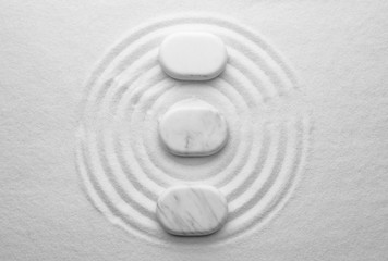 Photo sur Plexiglas Zen pierres a sable White stones on sand with pattern, flat lay. Zen, meditation, harmony