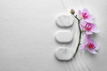 Photo sur Toile Zen pierres a sable Flat lay composition of white stones and flowers on sand with pattern, space for text. Zen, meditation, harmony