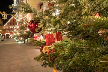 Weihnachtliche Beleuchtung in Rothenburg ob der Tauber bei Nacht, Deutschland