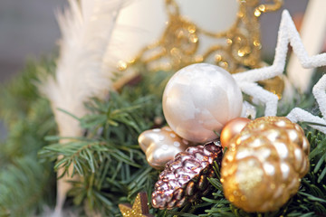 Weihnachtliche Dekoration in weiß und gold