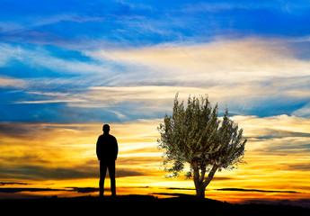 Foto auf Leinwand Orange hombre pensando mientras mira el atardecer