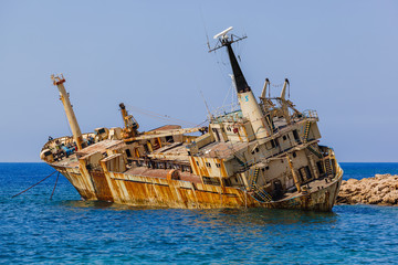 Photo Blinds Shipwreck Old ship wreck near coast - Paphos Cyprus