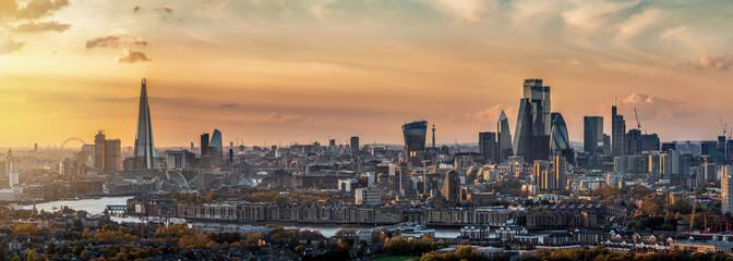 Poster London Weites Panorama der Stadtlandschaft von London, Großbritannien, während eines Sonnenunterganges im Herbst