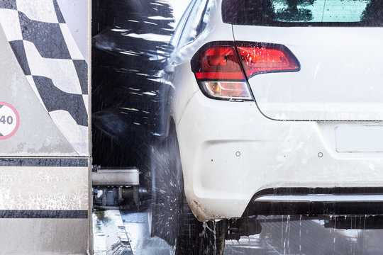 Lavage d'une voiture au rouleau