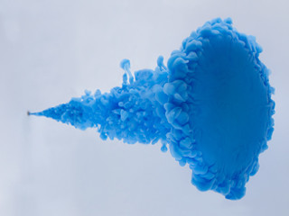 絵の具 水中で激突した青