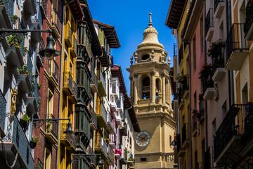 Rue colorée de Pampelune en Espagne avec ses façades colorées Fotomurales