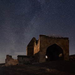 In de dag Oude gebouw Ancient historical mausoleums complex of of the 16th century at starry night. District of Shemakhy city, Azerbaijan