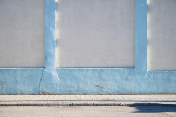 Muro de piedra en color blanco y tono azul claro