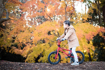 秋のサイクリングを楽しむ女の子