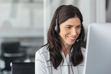Smiling latin woman in call center Fototapete