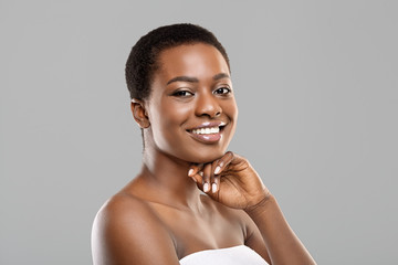 Fototapete - Portrait of pretty black woman smiling and touching her chin