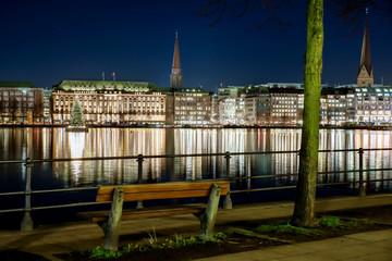 Binnenalster Hamburg nachts von Ufer zu Ufer