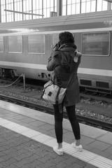 Frau mit Kamera am Bahnsteig - s/w