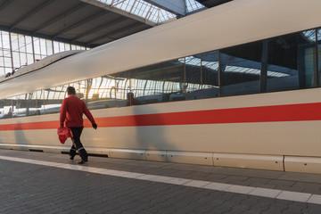 Streetlife: Arbeiter am Bahnsteig bei der Einfahrt des Zuges