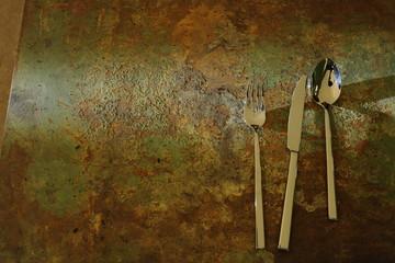 Silberbesteck auf altem Rostigen Metal
